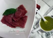 #ravioli de remolacha rellena de cabrales y salsa pesto